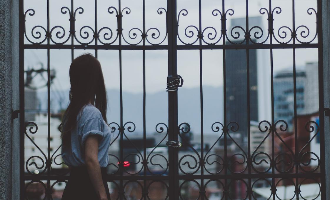 dívka a mříž
