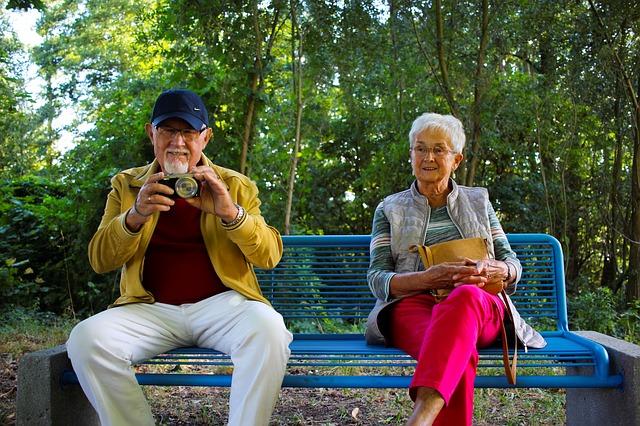babička a děda na lavičce
